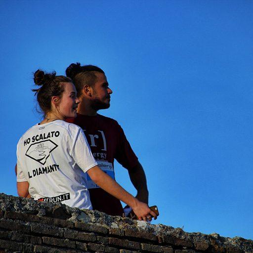 Una coppia guarda il tramonto dopo aver scalato il Diamante